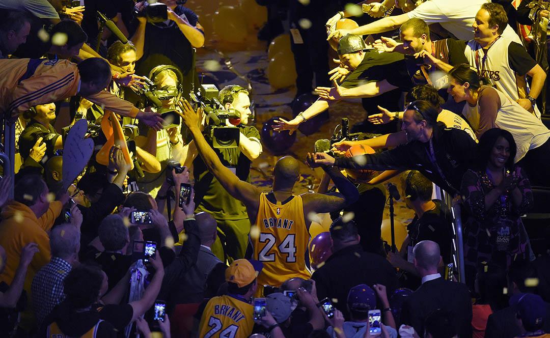 2016年4月13日,洛杉磯湖人隊球星高比·拜仁(Kobe Bryant)在告別戰後步出球場,與兩旁球迷擊掌。