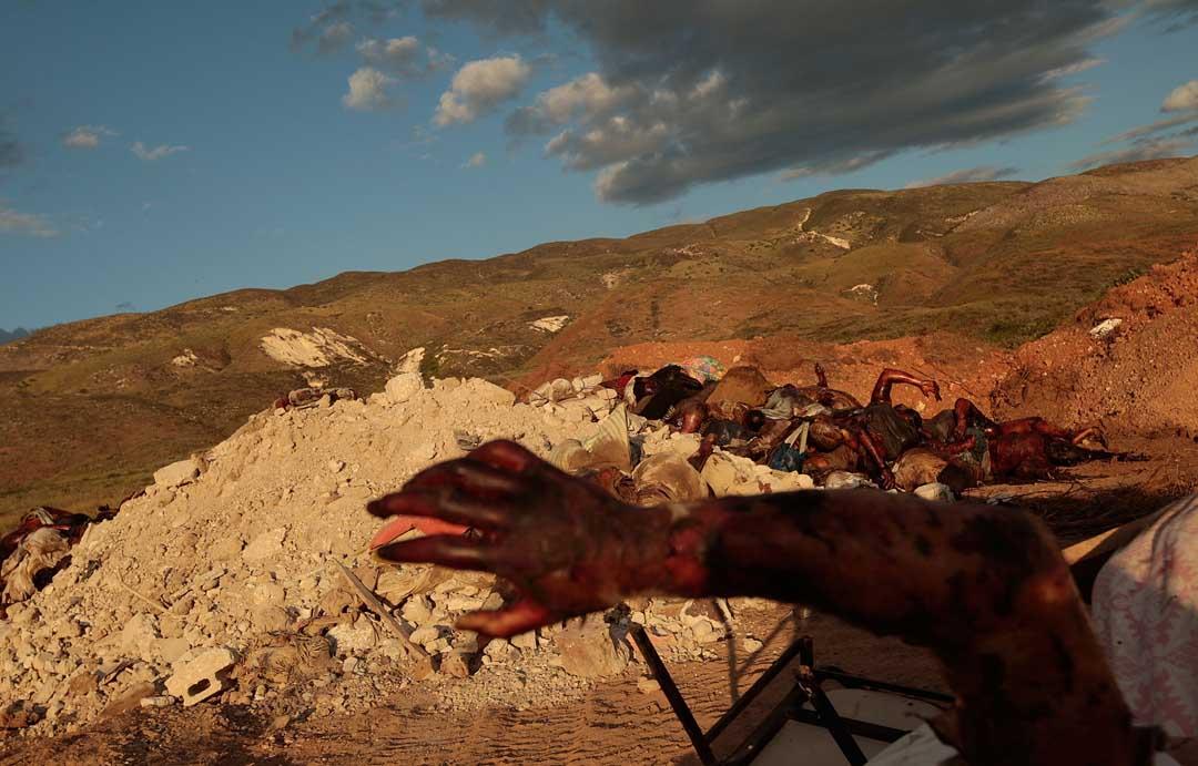2010年1月16日,海地,地震後被集中處理的屍體。攝:Chris Hondros/Getty