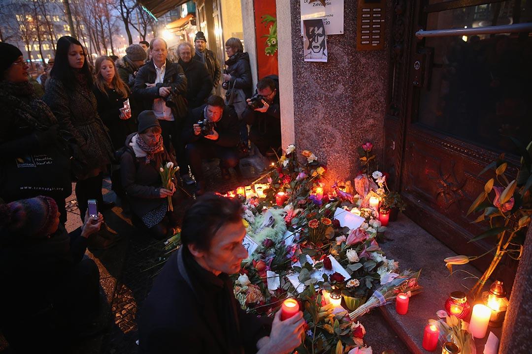 2016年1月11日,群眾在David Bowie住宅外留下鮮花和蠟燭悼念。攝 : Sean Gallup/GETTY