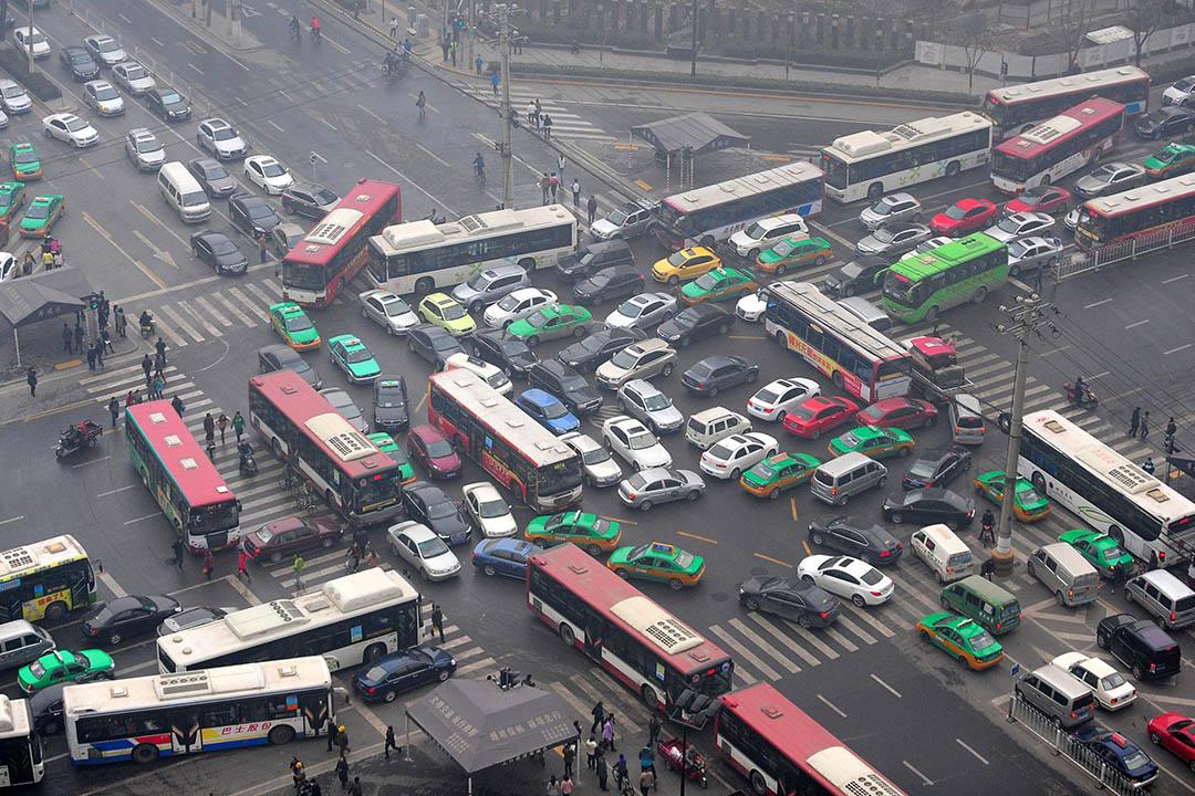 隨著城市的擴大,中國的都市道路越來越擁擠不堪。攝:ChinaFotoPress/Getty