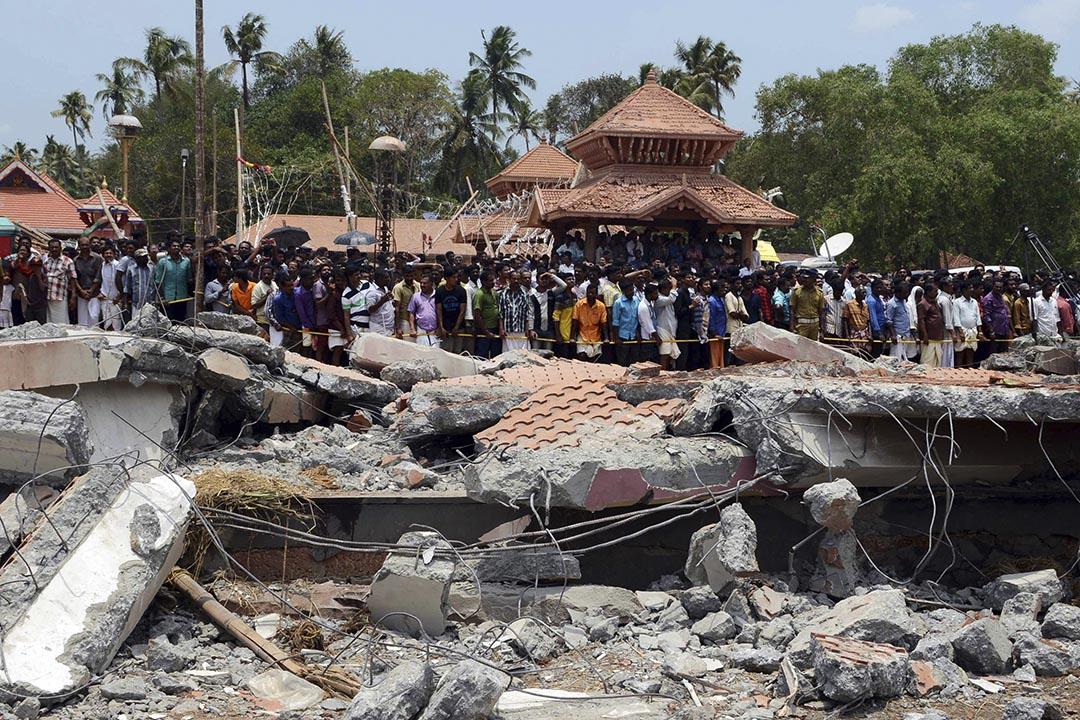 2016年4月10日,印度南部喀拉拉邦奎隆(Kollam)的一座印度教寺廟因為燃放煙花而引發爆炸事故,造成至少106人死亡。攝:Jyothiraj. N.S/AP