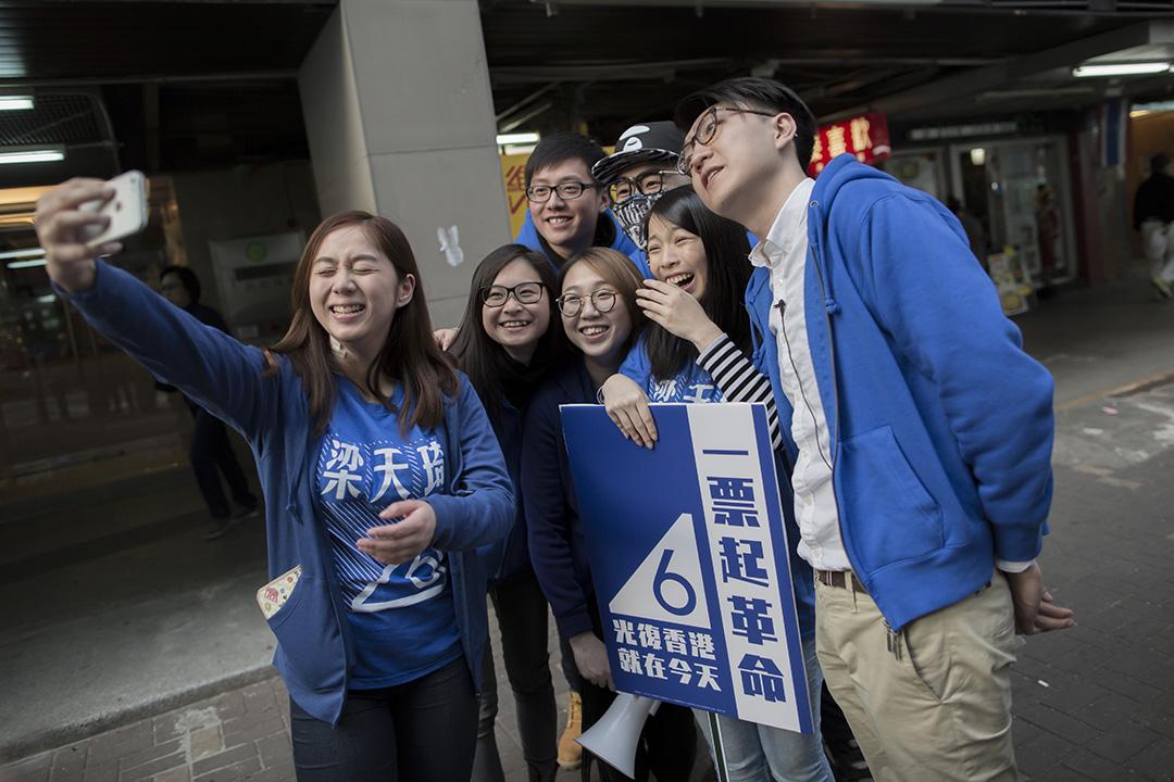 2016年2月28日,香港, 日,香港本土派政團「本土民主前線」候選人梁天琦(右)在新界東立法會議席補選中,取得15.32%選票。有分析認為,本土派正在崛起,有望跟泛民主派、建制派形成香港政局「三分天下」。攝:羅國輝/端傳媒