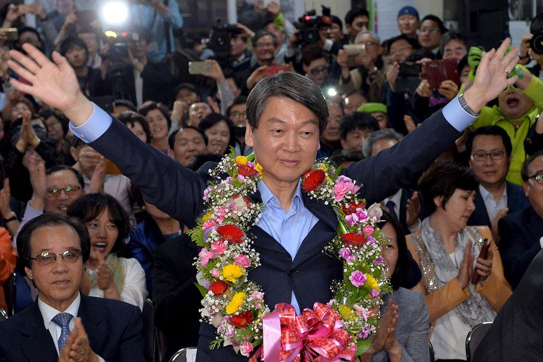 2016年4月13日,南韓首爾,國民之黨黨主席安哲秀在黨辦公室慶祝國會選舉取得佳積。攝:Kim Myung-sub/News1/REUTERS