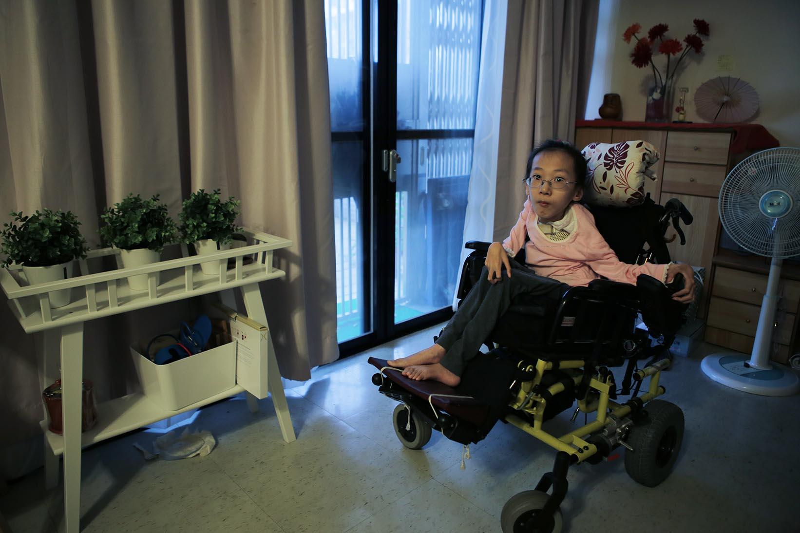 患有肌肉萎縮症的陳玟聿,因台灣遊戲空間的不友善,讓她無法體驗遊樂設施的樂趣。攝:徐翌全/端傳媒