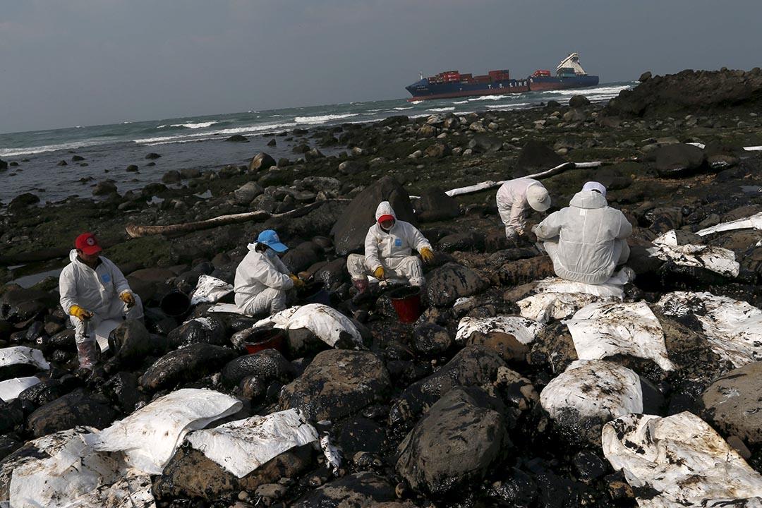 德翔台北輪於石門擱淺、發生漏油污染,工作人員在清理油污。攝:Tyrone Siu/REUTERS