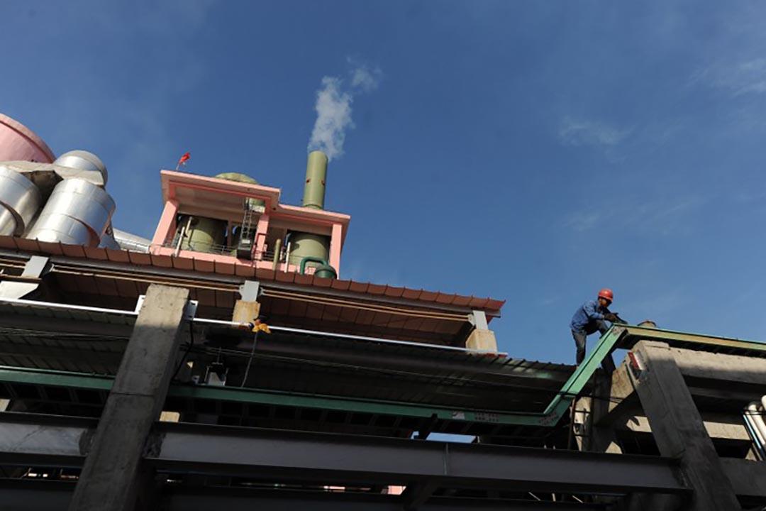 中國工人在一家化工廠外進行維修,工業污染問題在這些年的中國愈發受到關注。攝 : AFP