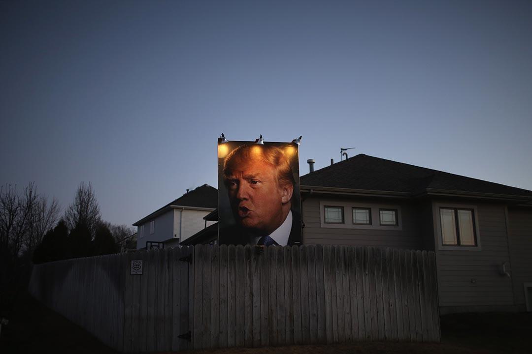 一副特朗普的肖像掛在其支持者家的後園。攝 : Christopher Furlong/GETTY