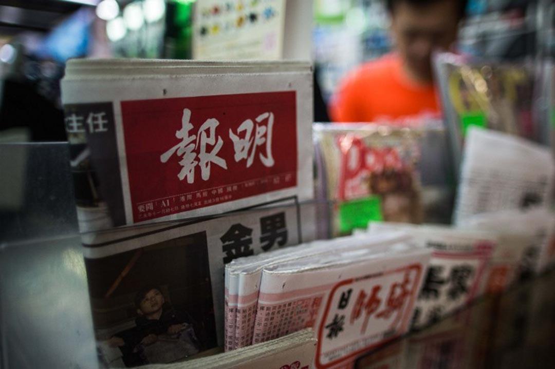 《明報》於4月20日凌晨,突然即時解僱執行總編輯姜國元,引起重重疑慮,掀起業界強烈反彈。攝 : Anthony Wallace/AFP