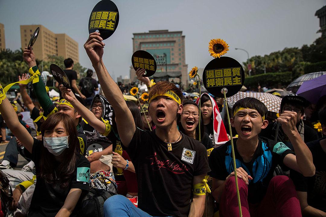 2014年3月30日,台北,學生佔領立法院並發起「太陽花運動」,大批市民嚮應號召在凱達格蘭大道集會。攝:Lam Yik Fei/GETTY