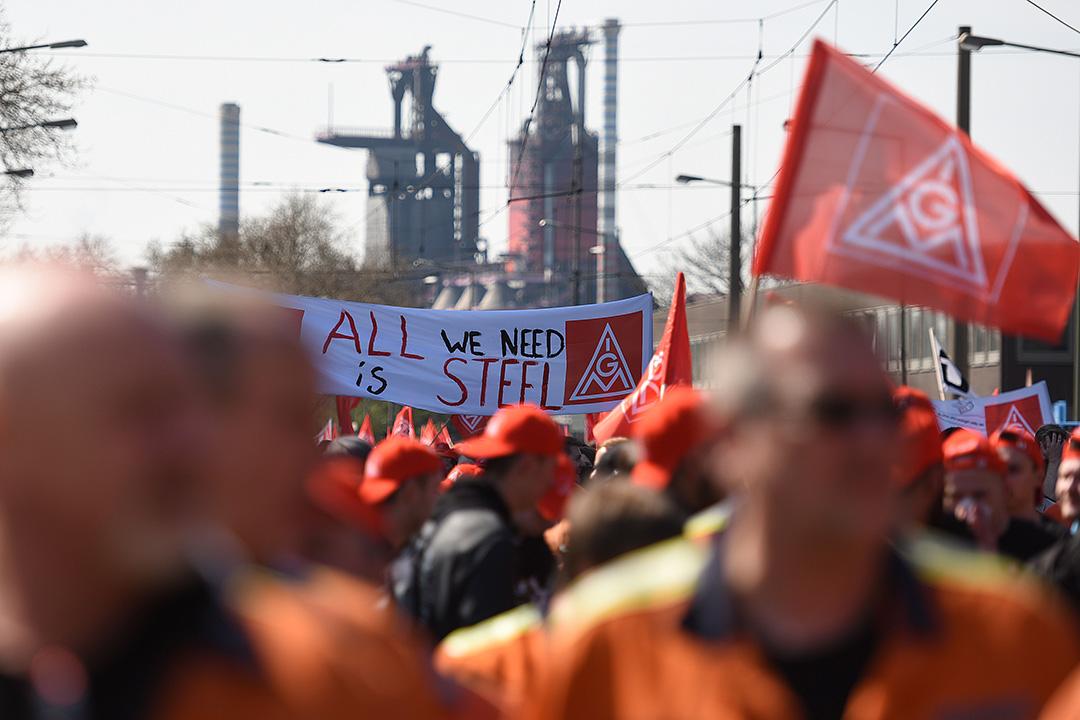 2016年4月11日,德國杜伊斯堡,鋼鐵工人因不滿中國綱鐵廉價傾銷及擔憂蒂森克虜伯(ThyssenKrupp AG)公司被併購,而發起罷工並上街遊行。攝:Volker Hartmann/GETTY