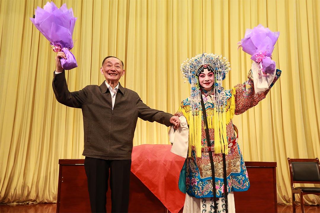 圖中左一為梅葆玖。北京第二外國語學院圖片