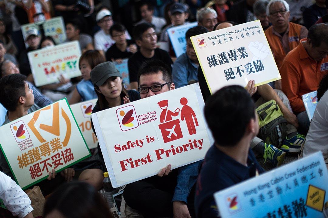 香港空勤人員總工會在機場接機大堂發起靜坐,對民航處處理梁頌昕行李事件表達不滿。攝:盧翊銘/端傳媒