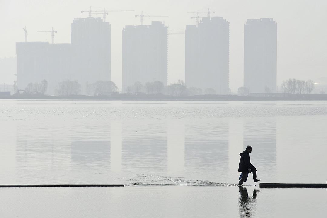 羅世宏:相對於台灣人的「小確幸」,表面上空前繁榮的中國大陸則充滿了不確定性。圖為中國山西省太原的人工湖。 攝:Jon Woo/REUTERS