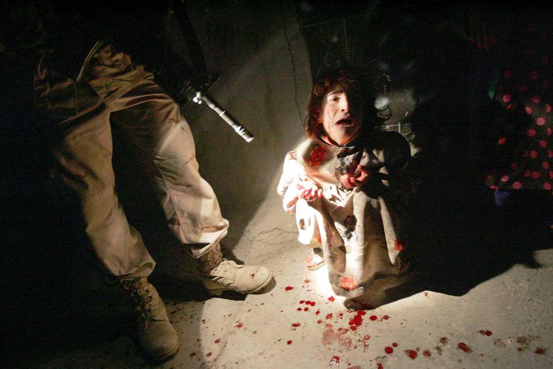 2005年1月18日,伊拉克,美軍錯誤槍殺兩名孩子的父母。攝:Chris Hondros/Getty