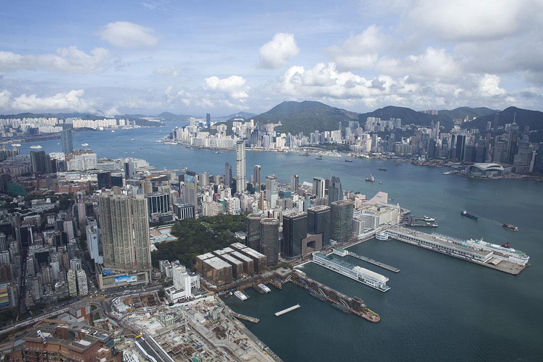 馮志強:香港稅制並不徵收個人從海外所得收入。圖為香港維多利亞港景色。攝:林亦非/端傳媒