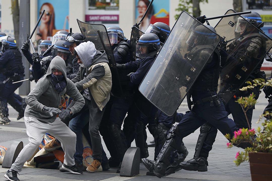 4月28日,包括巴黎在內的法國多個城市爆發大型的反勞動法改革示威,示威者與警方發生衝突。攝:Stephane Mahe/REUTERS