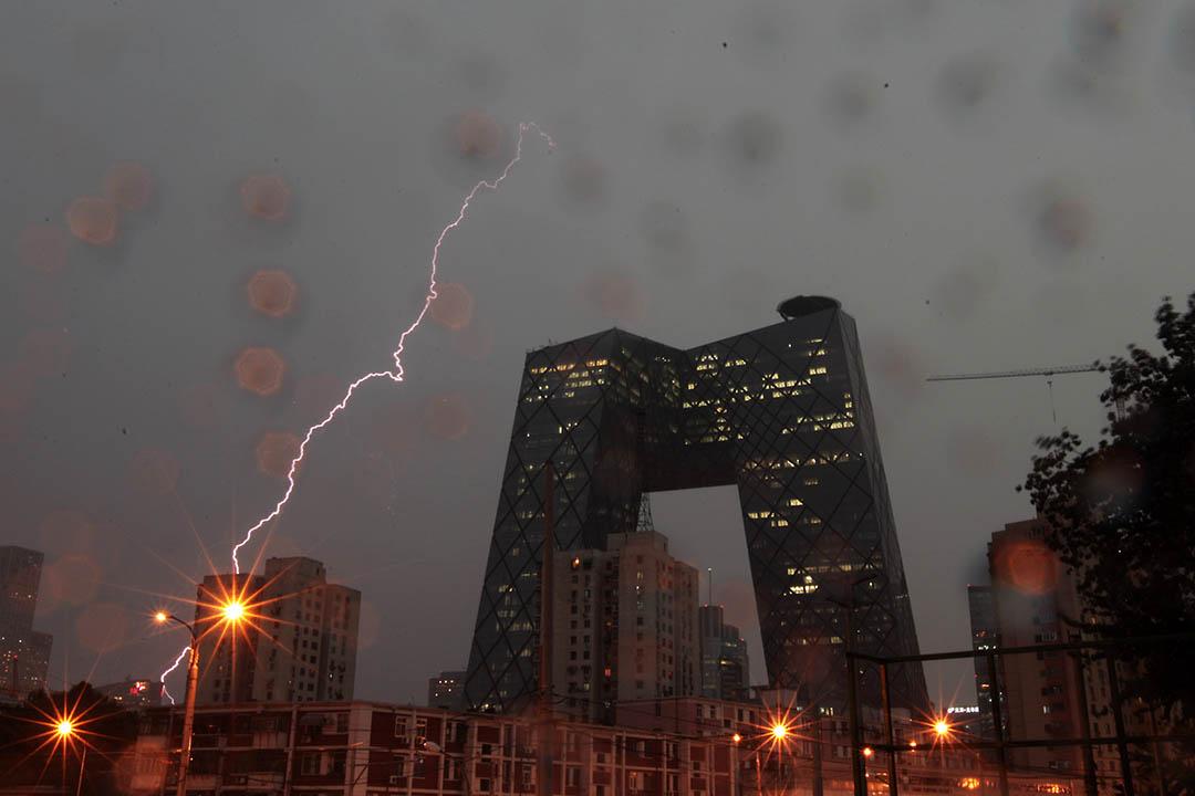 曾經風靡一時的先鋒建築大建設,正在慢慢被保守的審美所取代。 圖為建造時爭議不斷的中央電視台總部大樓「大褲衩」。攝:ChinaFotoPress/Getty