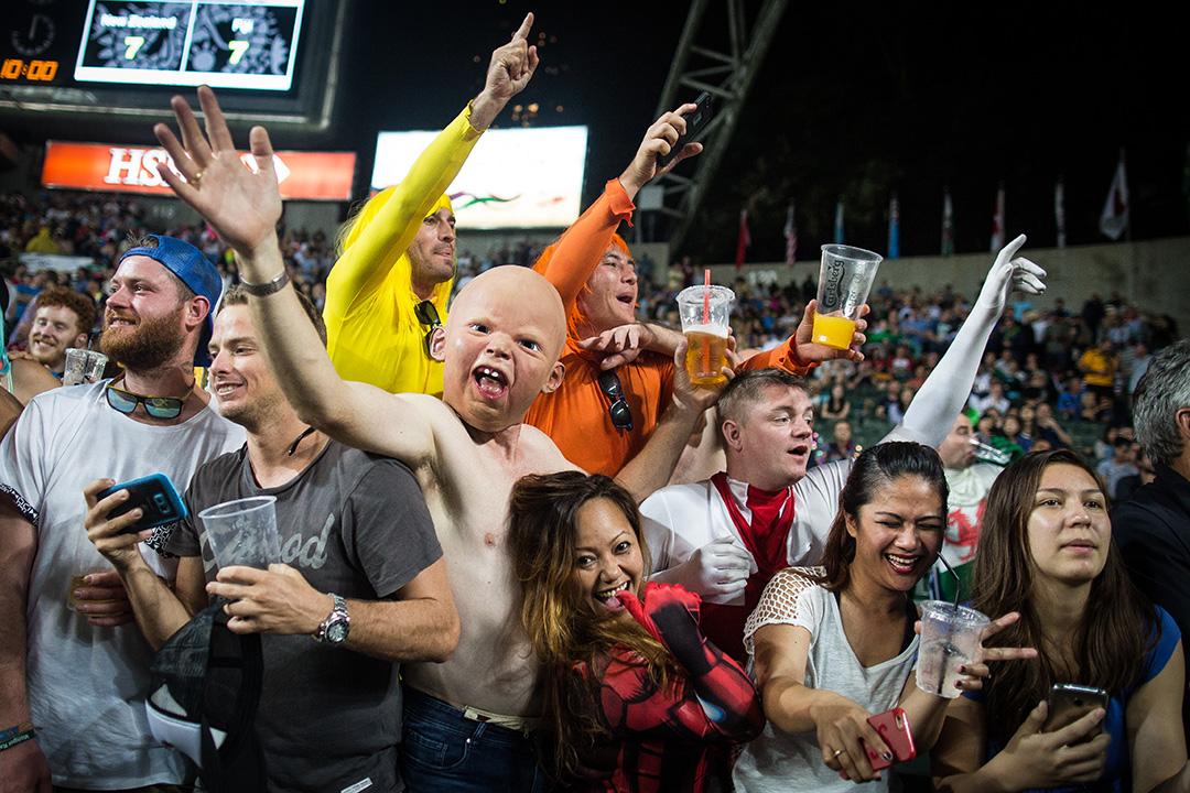球迷等待支持隊伍繞場時起舞。