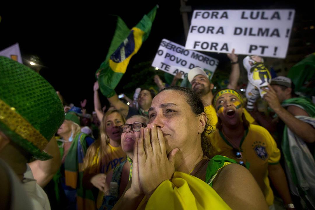 巴西里約熱內盧,反政府示威者慶祝國會下議院投票決定彈劾巴西總統羅塞夫。攝:Silvia Izquierdo/AP
