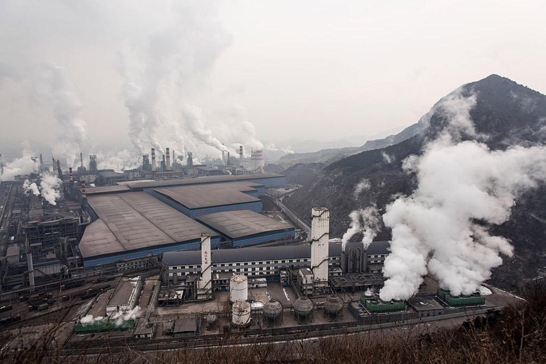 儘管人們已經意識到大氣污染問題,但更隱蔽的土壤污染一直不在一般民眾的視野之內。 圖為中國一所鋼鐵廠。攝:Xiaolu Chu/Getty Images