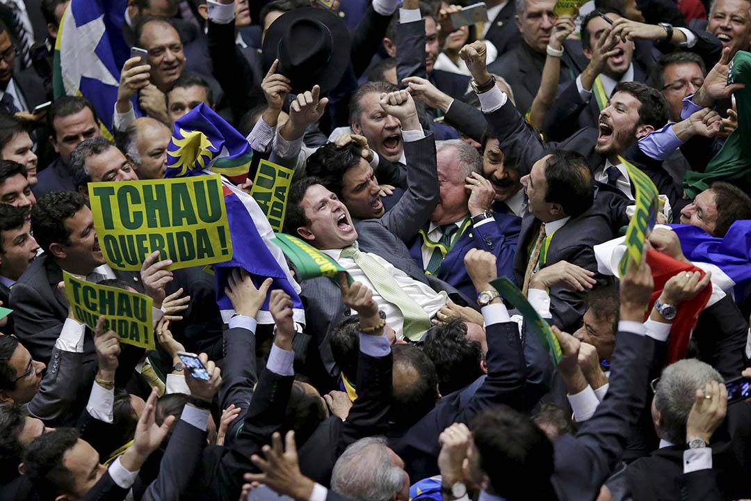 2016年4月17日,巴西國會下議院議員慶祝通過彈劾總統羅塞夫。攝:Ueslei Marcelino/REUTERS