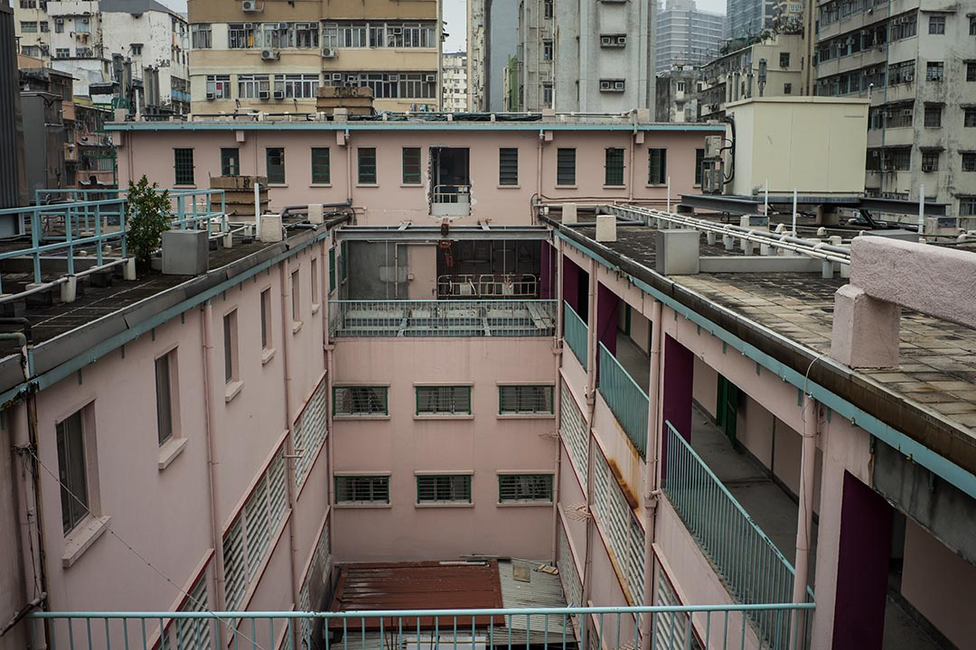 油麻地街市樓高三層,下邊兩層是街市,樓頂是原食環署職員的宿舍,現在空置,有人曾建議在上面開餐廳。攝:Billy H.C. Kwok/端傳媒