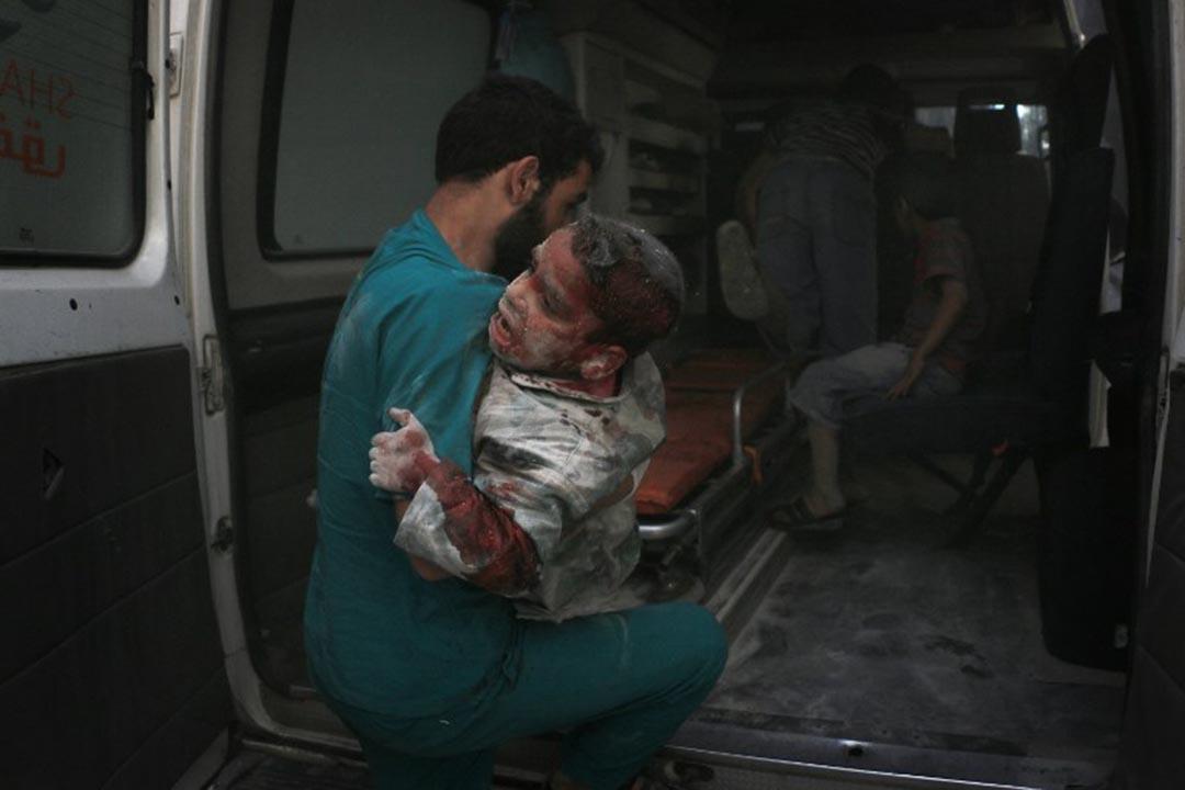 4月27日,敘利亞阿勒頗一間由無國界醫生和國際紅十字會支持的戰地醫院 Al Quds 遭到空襲,造成至少27人死亡。攝:Beha el halebi / Anadolu Agency