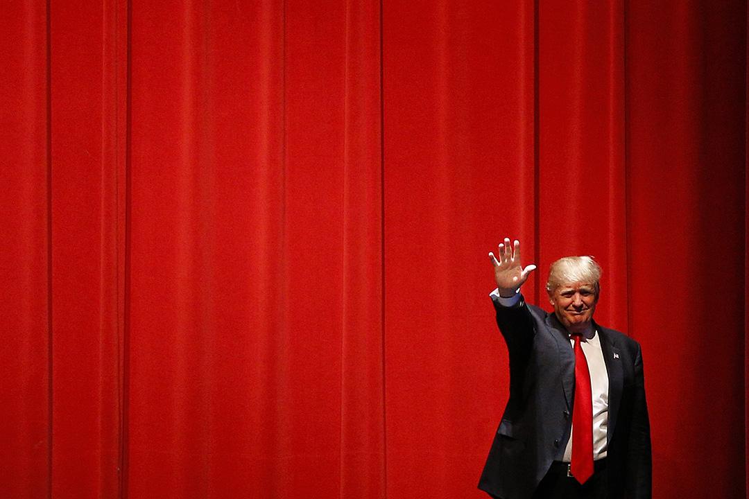 2016年3月30日,美國,共和黨總統初選候選人特朗普在威斯康辛州拉票,其間向支持者揮手。攝:Patrick Semansky/AP