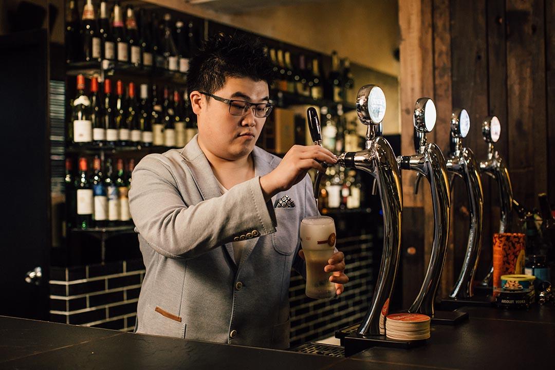 金寧禧在土瓜灣一間工廠大廈內設了私人酒吧,只請熟客上來品酒。攝 : Anthony Kwan/端傳媒