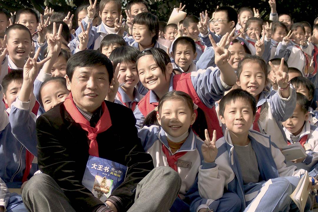 2012年3月11日,曹文軒出席東莞東華小學讀書節活動。來源:旗峰天下網站