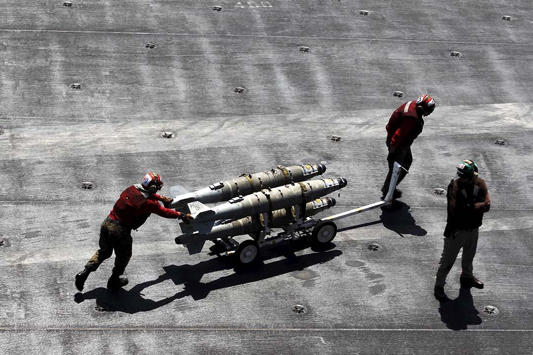 美軍工作人員在飛行甲板上搬運導彈。攝:Hamad I Mohammed/REUTERS