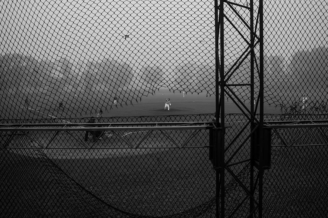 兄弟飯店的員工和球友打著比賽,洪騰勝正在投球。 攝:Billy H.C. Kwok/端傳媒