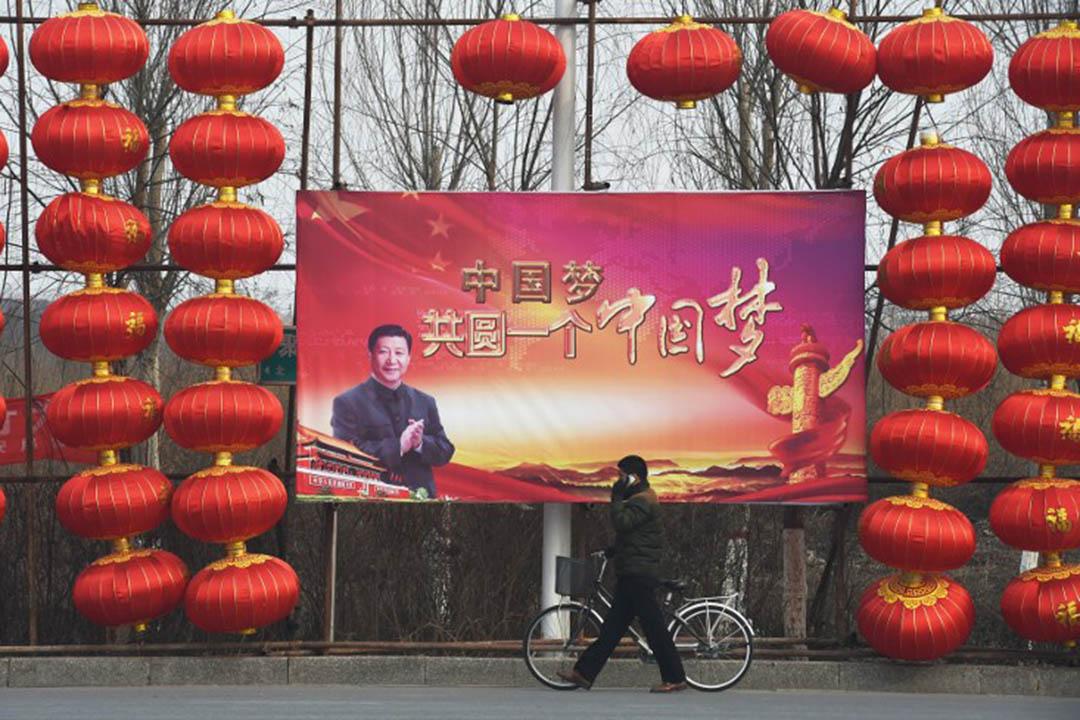 新的美學控制不在於製造恐怖,而是讓美學暴力不再成為一個問題。 圖為中國北部河北省,一名男子在「中國夢」的宣傳牌下走過。攝:Greg BAKER / AFP