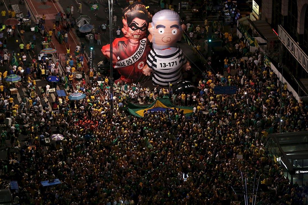 2016年4月17日,巴西聖保羅,示威者上街游行要求彈劾巴西總統羅塞夫。攝:Rodrigo Paiva/REUTERS