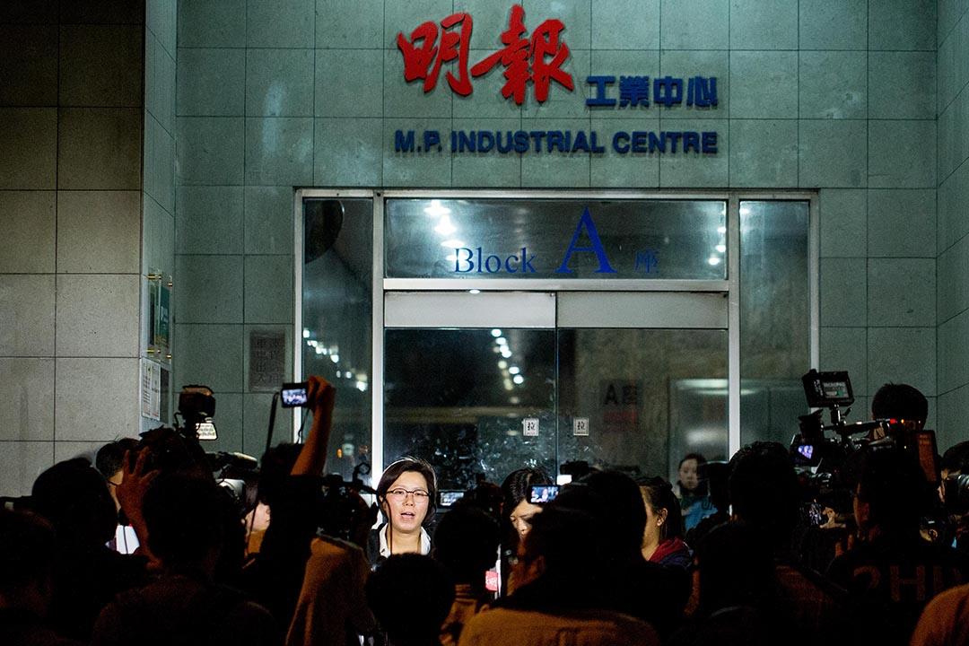 《明報》以「節省資源」為由解僱執行總編輯姜國元,引起明報員工不滿。圖為明報職工協會主席曾錦雯在明報大樓外接受記者訪問。攝 : Anthony Kwan/端傳媒