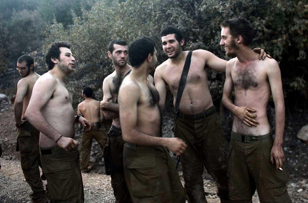 2006年8月17日,以色列黎巴嫩邊界,以色列軍隊士兵 剛從黎巴嫩回到以色列,大家在交談。攝:Chris Hondros/Getty