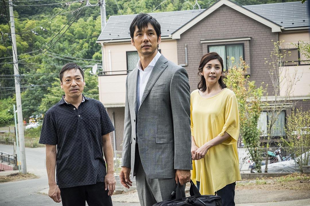 電影《怪鄰居》:「怪鄰居」會插入到夫妻二人的生活中。電影劇照。