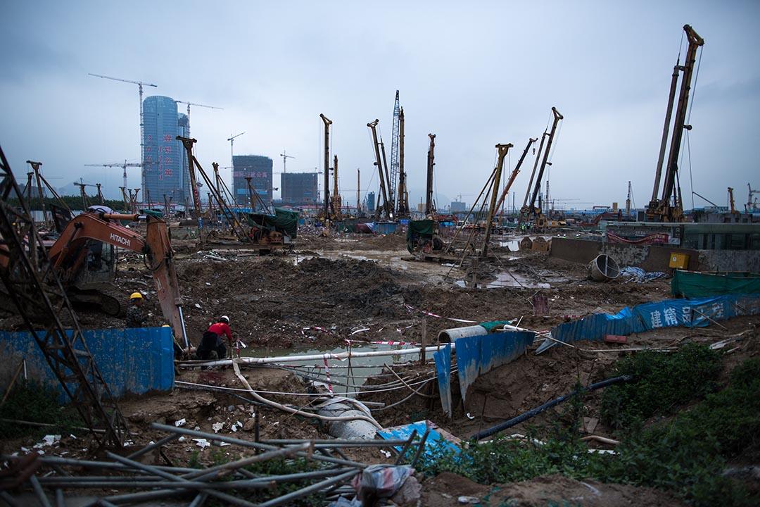 深圳沿海正進行填海工程。攝:盧翊銘/端傳媒