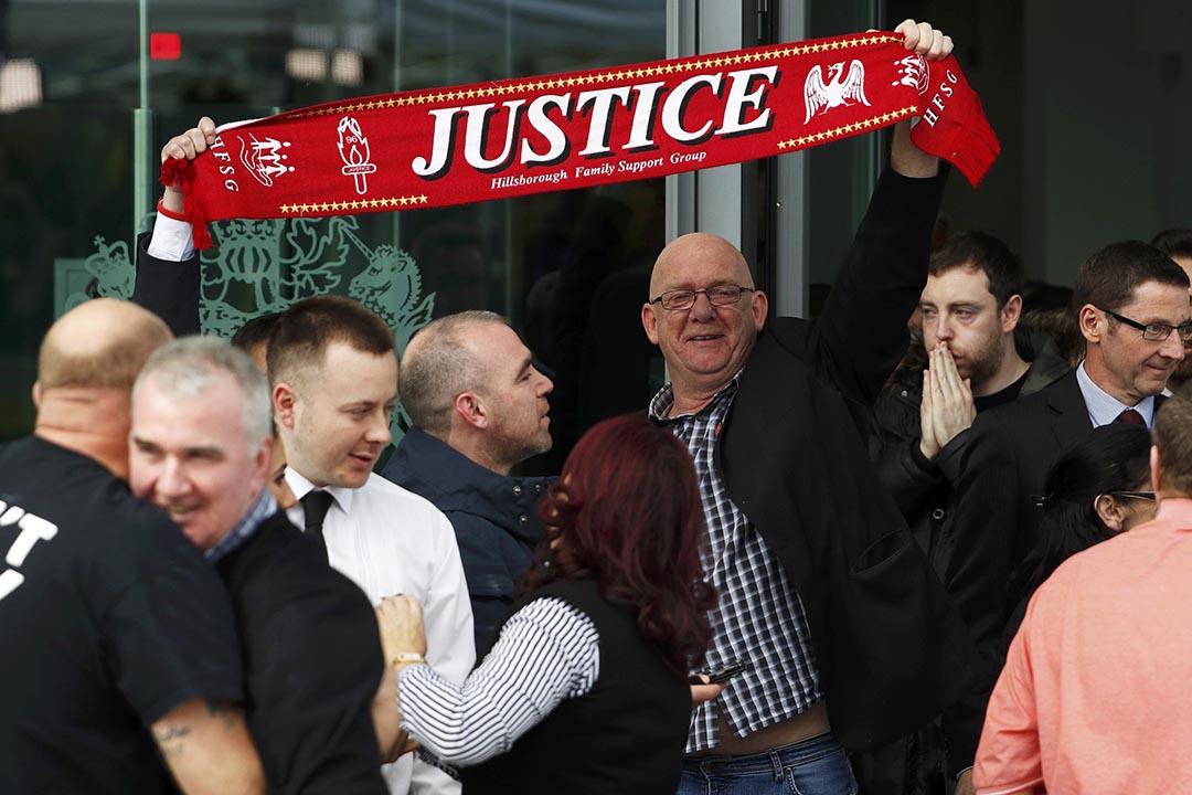 4月26日,法院門外有一批當年慘劇死難者的家屬及利物浦球迷聚集,慶祝法院在事發27年後終於還他們清白。攝:Phil Noble/REUTERS