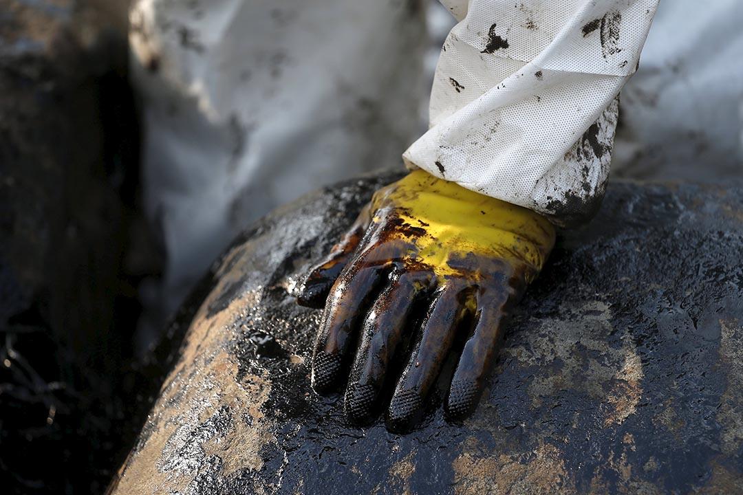 工作人員的保護衣上沾滿油污。攝:Tyrone Siu/REUTERS