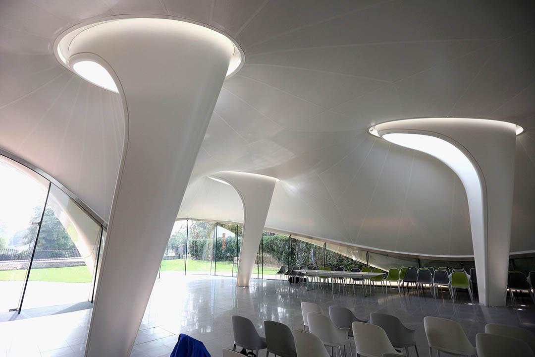 圖為薩哈•哈帝設計的英國倫敦海德公園的蛇形畫廊。攝:Oli Scarff/GETTY