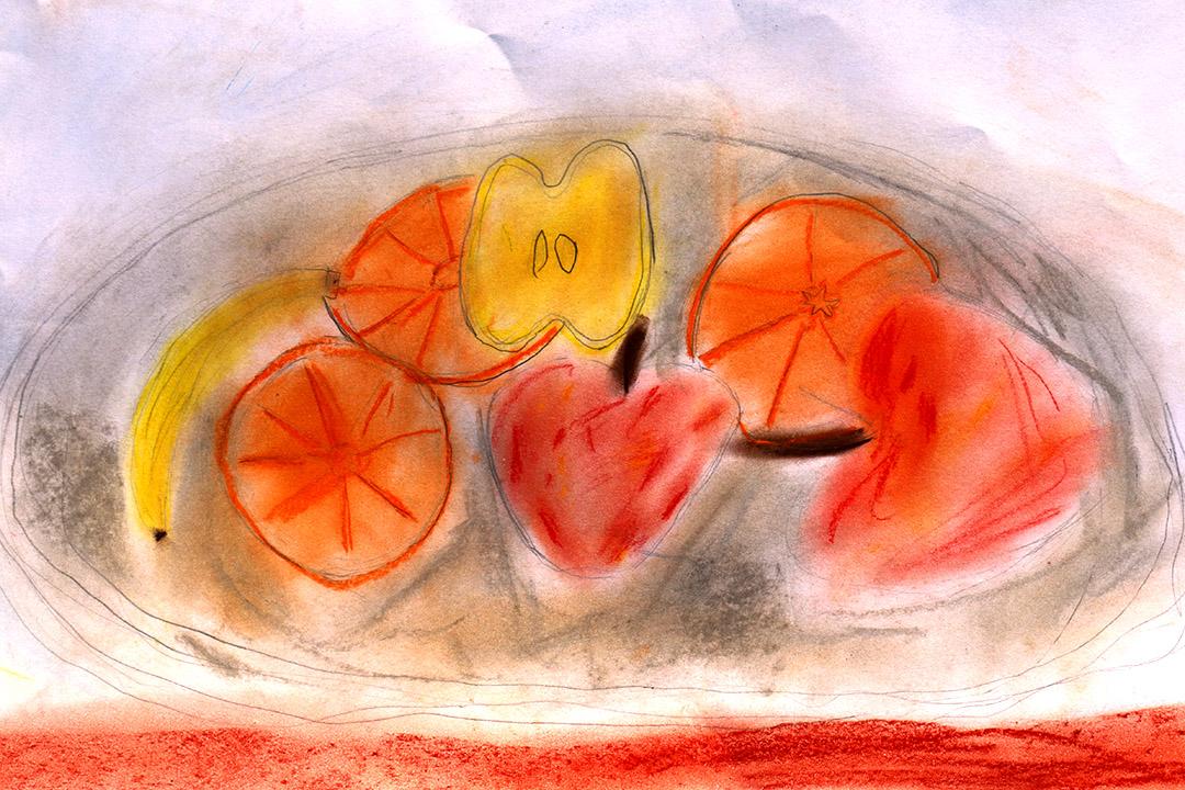 這父親不想女兒曝光,只傳來女兒的畫作。六歲的Ka Zhang,畫的是一盤水果。長平說:「她們繪畫学校的教學是:老師說,今天我在這裏畫一棵樹,願意跟我畫的就跟着畫,不願意的就自己随便畫。當天,我看到只有一個孩子跟着老师畫,其他都在畫别的。卡畫了一個城堡。」又一次,老師給了卡一盤水果,她就畫成這樣子了,其中香蕉是盤裏沒有的,她想像着畫上去,其餘都是照實物畫的。照片由長平提供。