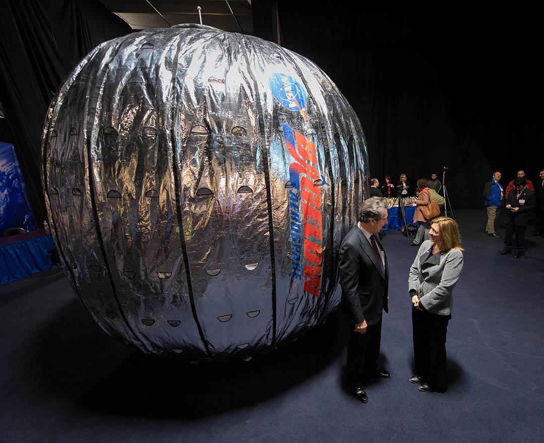 羅伯特·畢格羅(Robert Bigelow)向記者介紹充氣式太空艙。攝:Bill Ingalls/NASA via AP