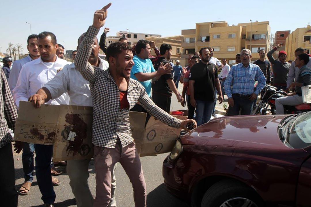 埃及首都開羅,小販被擊斃事件觸發數百人示威抗議。攝 : AFP