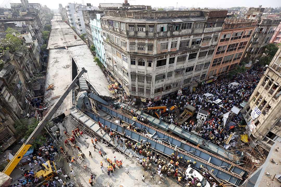 2016年3月31日,印度加爾各答,救援人員在塌橋現場進行搶救。攝:Rupak De Chowdhuri/REUTRES