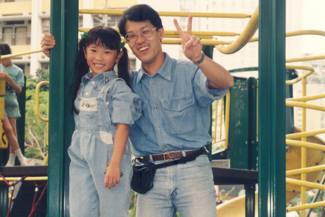 女兒形容爸爸當年「木獨」、「自閉」,但思想挺開通,偶爾還會耍點小幽默。他在工作中找不到滿足,最樂是和孩子待在一起。受訪者提供
