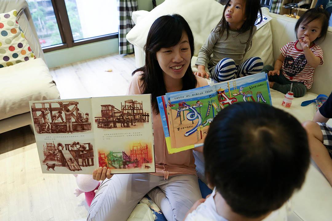 特公盟希望用繪本向其他家長傳遞公園遊戲場對兒童發展的重要。攝: 徐翌全/端傳媒