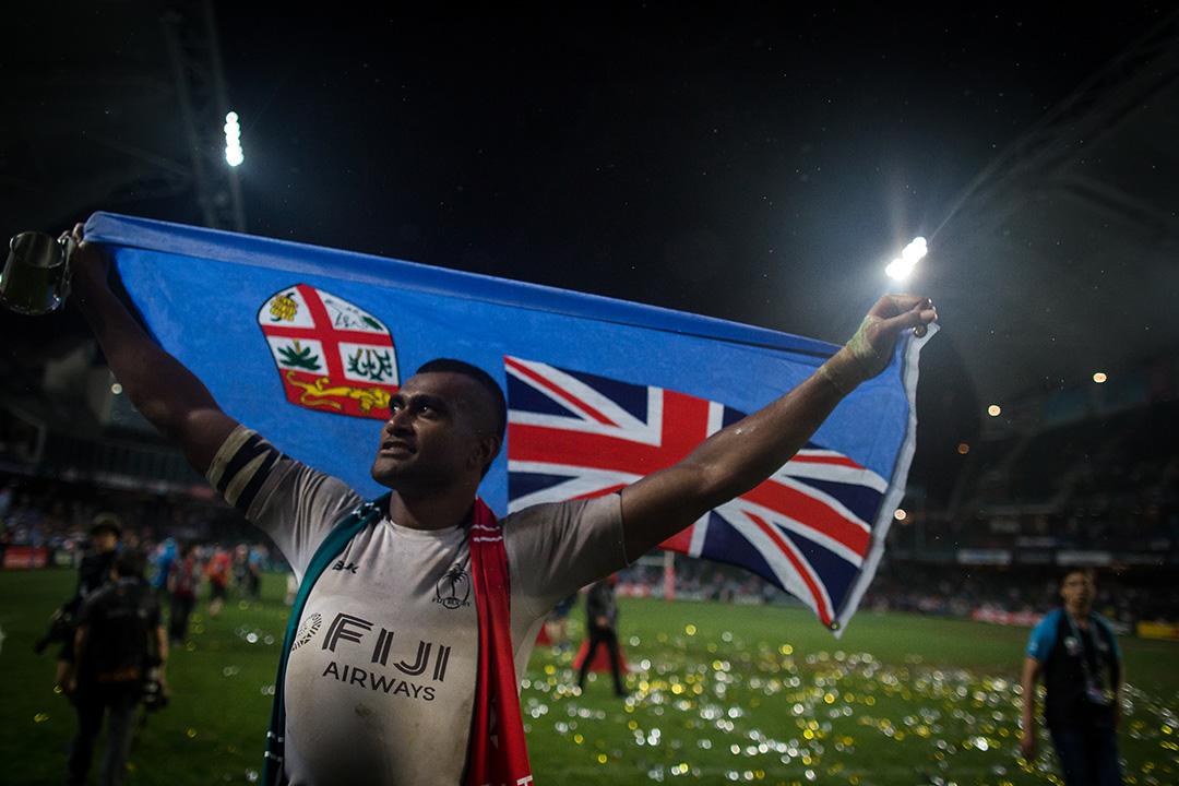 斐濟成功衛冕銀盃賽冠軍,球員在領獎後披上國旗。