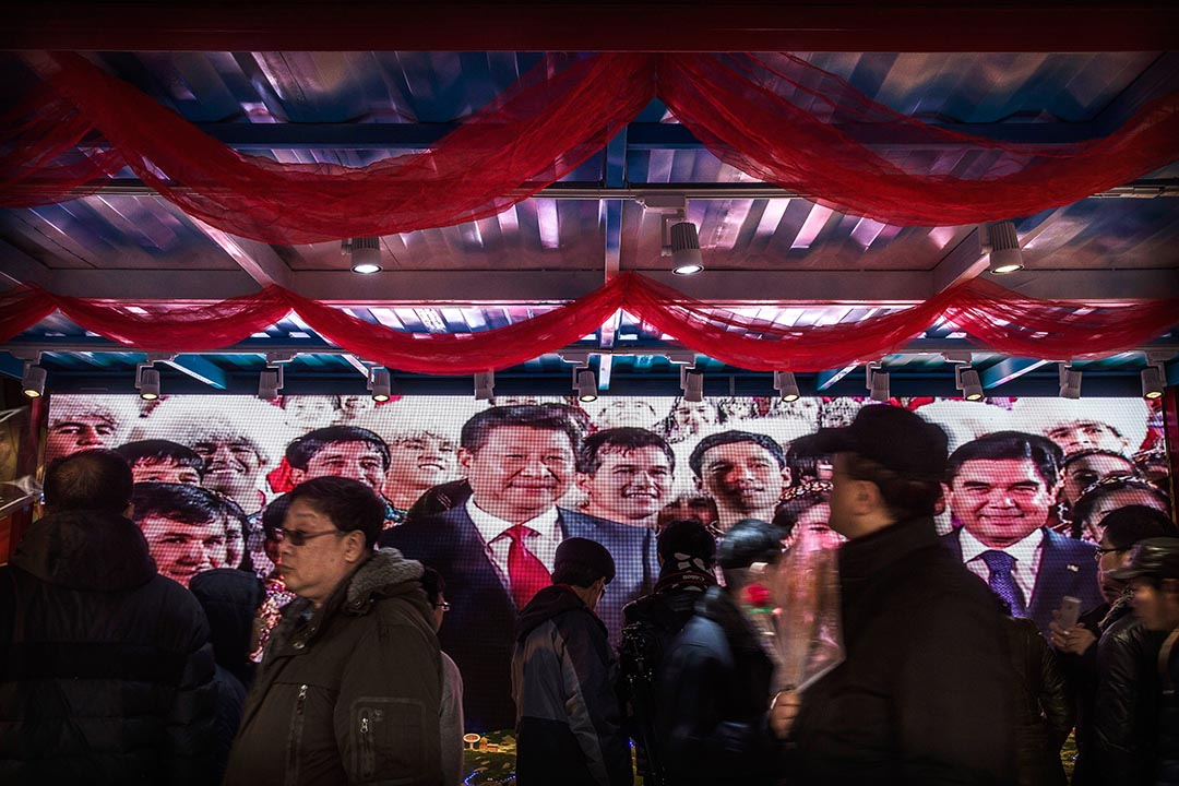 中國北京,螢幕中播放領導人會見外賓的宣傳片。攝: Kevin Frayer/Getty
