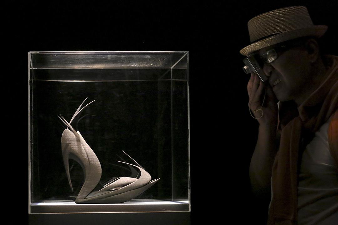 2015年4月16日,意大利米蘭,薩哈•哈帝設計的鞋子由立體打印方式製造,於米蘭時裝周期間展出。攝:Stefano Rellandini/REUTERS